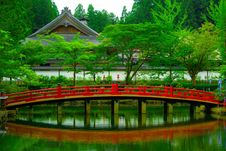 Free Bridge Over Pond And Traditional Oriental Temple Royalty Free Stock Image - 89193126