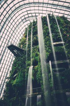Free Waterfall In Modern Indoor Garden Atrium Stock Images - 89194224