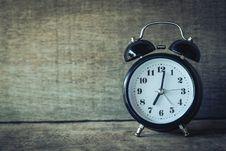 Free Alarm Clock On Rustic Wood Royalty Free Stock Photos - 89195638