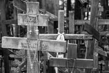 Free Wooden Crosses In Black And White Royalty Free Stock Images - 89441389