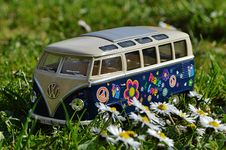 Free Volkswagen Beige And Blue Van Scale Model Near White Daisy Flower During Daytime Stock Image - 89570291