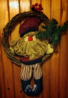Free Christmas Wreath On Door Stock Photography - 89573032