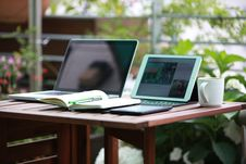 Free Laptop Computers On Wooden Table Royalty Free Stock Photography - 89636137