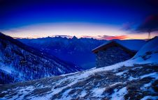 Free Sunset Over Snowy Mountain Cabin Stock Photography - 89692322