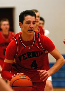 Free Man With Vernoa 4 Basketball Jersey Holding The Basketball Stock Images - 89740304