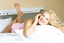 Free Pretty Woman Talking On The Cellphone Royalty Free Stock Images - 8980219