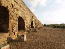 Free Roman Bridge On The Sand Royalty Free Stock Image - 906076