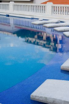 Free Beds On Pool Royalty Free Stock Photo - 909065