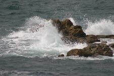 Free Waves Hitting Rocks Royalty Free Stock Photos - 909278