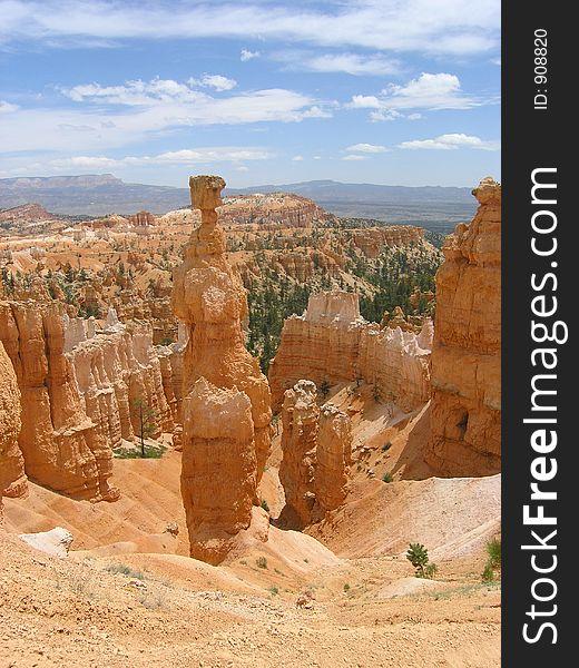 Bryce Canyon path and hoodoos