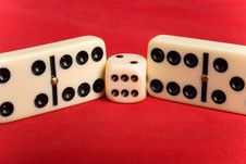 Free Dice Cup And Dice Royalty Free Stock Images - 9001799