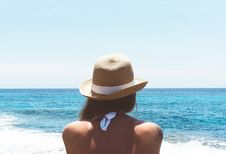 Free Woman In Brown Hat Facing Ocean Royalty Free Stock Photography - 90033467