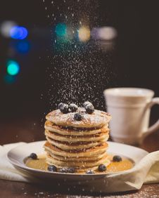 Free Blue Berries On Top Of Pancake On White Ceramic Round Plate Stock Images - 90034584