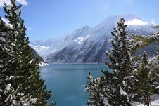 Free Alpine Lake And Forest In Winter Royalty Free Stock Image - 90036926