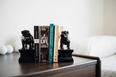 Free Books On Bookcase In Bedroom Royalty Free Stock Photo - 90155955