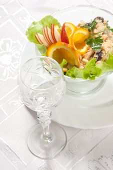 Free Goblet Green Salad With Apples And Nuts Stock Image - 9023251