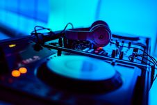 Free Beats By Dr. Dre Headphones On Top Of Dj Turntable Royalty Free Stock Image - 90278936