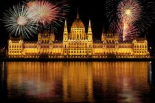 Free Fireworks Over Hungarian Parliament Stock Photos - 90430133