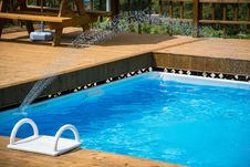 Free Swimming Pool With Fountain Royalty Free Stock Image - 90716826