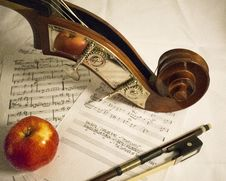 Free Red Apple Fruit On Music Sheet Stock Photo - 90717040