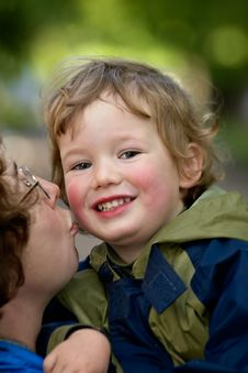 Free Mum Kisses The Boy Royalty Free Stock Images - 915689