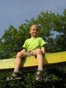 Free Child On Log Stock Photography - 915882