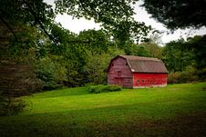 Free Barn In The Middle Of Lawn Surrounded With Trees During Daytime Stock Photography - 91053222