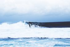 Free Surfer On Waves In Ocean Stock Photo - 91519810