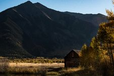 Free Brown Wooden House Across Mountain During Daylight Royalty Free Stock Photos - 91629288