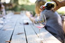 Free Person Pouring Wine Stock Photography - 91630252