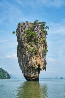Free Limestone Karst Formation In Sea Stock Photo - 91630460