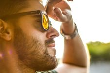 Free Men S Black Framed Sunglasses Shined By The Bright Sun Stock Photos - 91756723