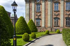 Free Green Grass Lawn In Front Of Brown Building Royalty Free Stock Images - 91756949