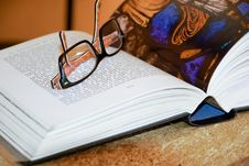 Free Open Book With Eyeglasses Stock Photography - 91757662