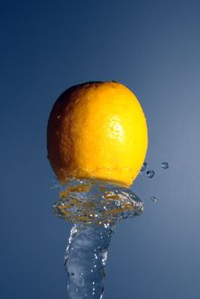 Free Lemon In Water Stream Royalty Free Stock Images - 9214459