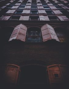 Free Windows On Building Exterior Royalty Free Stock Images - 92160919