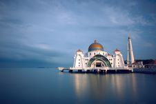 Free Domed Mosque On Waterfront Royalty Free Stock Image - 92160996