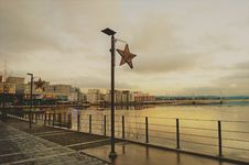 Free Waterfront Promenade On Overcast Day Stock Photos - 92161083
