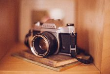 Free Old Vintage Camera Books Shelf Case Tan Brown 3 Stock Image - 92161441