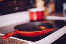 Free Red Skillet Frying Pan Stove Top Stock Image - 92161471
