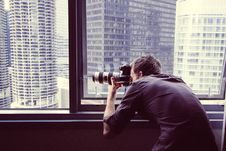 Free Photographer Window Shooting Chicago Sky Line Stock Photo - 92161650