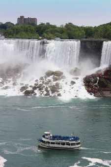 Free Maid Of The Mist Passes The American Falls Stock Photos - 92329593