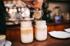 Free Barista Pouring Milky Coffee Royalty Free Stock Images - 92525159