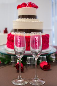 Free Wedding Cake And Champagne Glasses Royalty Free Stock Photo - 92590625