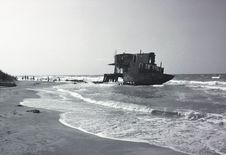 Free Broken Ship Royalty Free Stock Photography - 9279287