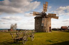 Free Wooden Windmill Near Wooden Carriage During Daytime Royalty Free Stock Photography - 92710637