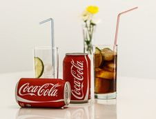 Free Coca Cola Cans And Glasses With Lines Stock Images - 92710794