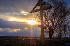 Free A Wooden Cross At Sunset Royalty Free Stock Images - 92724019
