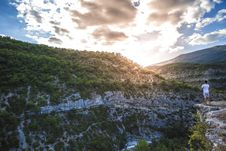 Free Man In White Shirt Standing On Top Of Mountain Cliff Under Cumulus Clouds Stock Images - 92752954