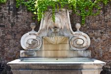 Free Old Fountain Royalty Free Stock Photo - 9291405